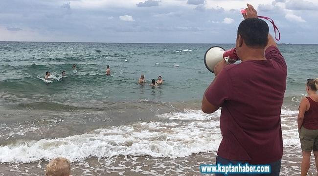 Turistler denizdeki tehlikeye aldırmadı
