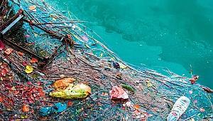 Kamyonlar atıklarını denize boşalttı