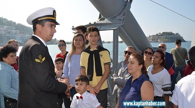 Kuşadalılardan askeri gemiye yoğun ilgi