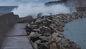 Fırtınada yıkılan mendirek balıkçıları endişelendiriyor