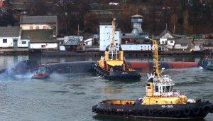 Kırım'da su almaya başlayan Rus denizaltısı kontrollü batırılıyor