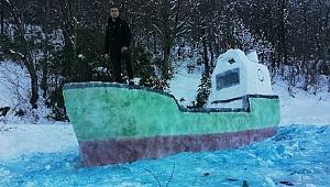 2 metrelik kardan gemi büyük ilgi çekiyor