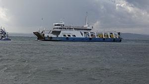 Karaya oturan feribotu kurtarmak için fırtınanın etkisini kaybetmesi bekleniyor