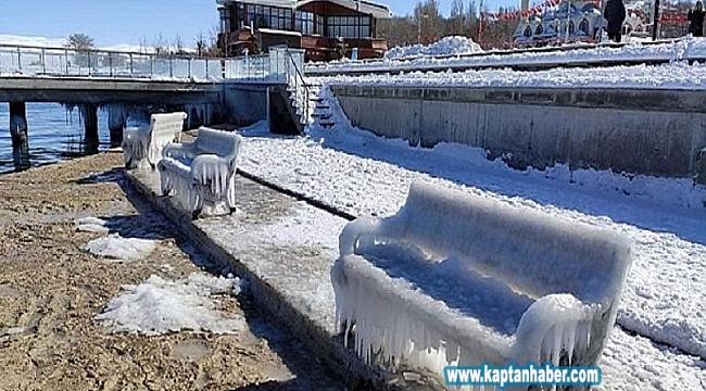 Van Gölü sahilleri buz kesti