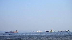 Tersanelere gelen gemiler Altınova açıklarında bekliyor