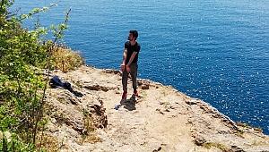Antalya'da 30 metreden kendini denize bıraktı