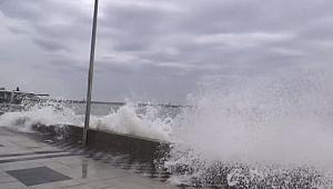 Fırtına nedeniyle Marmara'da dev dalgalar: Demir korkuluklar kırıldı