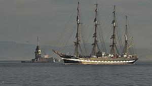 Tarihi gemi İstanbul Boğazından geçti.