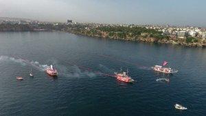 Denizde 3 ayrı tekneden 100'er metre uzunluğunda Türk bayrağı açıldı.