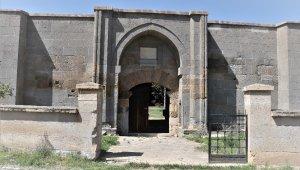 Kırşehir'de Kızılırmak nehri kenarında yok olan tarihi kervansaray restore bekliyor