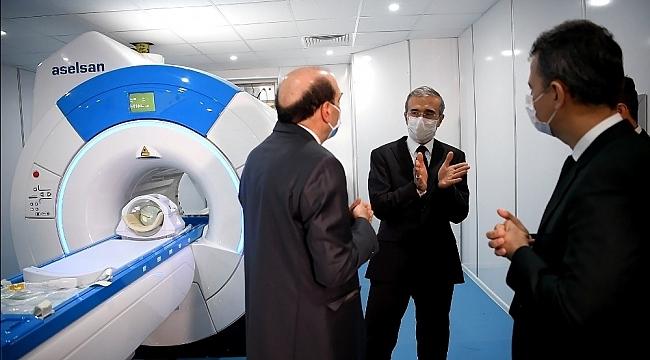 Savunma Sanayii Başkanı İsmail Demir, prototipi geliştirilen ilk yerli MR cihazını inceledi