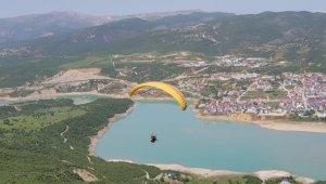 Tunceli'de Yamaç Paraşütlü bayram kutlaması