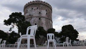 """Yunanistan'da restoran ve kafe sahiplerinden """"boş sandalyeli"""" protesto"""