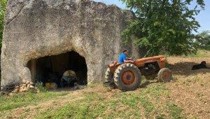 2000 yıllık mezar odasını depo olarak kullanıyor