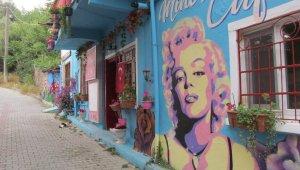 Anne ve babasından ilham alan grafiti sanatçısı duvarları tabloya dönüştürüyor