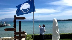 Çeşme'de mavi bayrağı göndere çekip hizmete başladılar