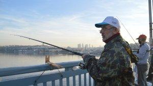 Hafta sonu kısıtlama olmadı, balıkçılar oltalarını alıp Unkapanı Köprüsünde balık tuttu