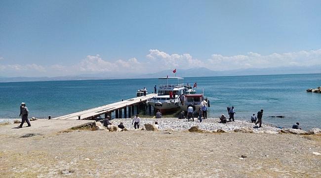 Van Gölü'nde teknenin battığı iddia edilen bölgede arama çalışması