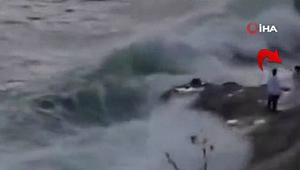 ABD'de kayalıklarda düğün fotoğrafı çektiren çift dalgaya kapıldı