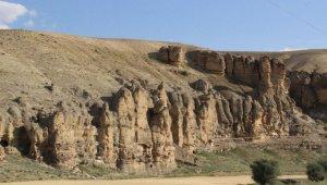 Karaman'daki sıralı kayalıklar peri bacalarını anımsatıyor