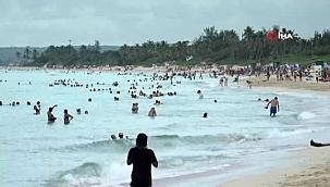 Kübalılar kısıtlamalar gevşetilince plajlara akın etti