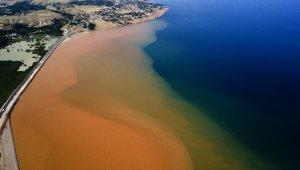 Sel suları Van Gölü'nü kızıla boyadı