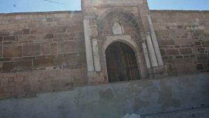 Tarihi kervansarayın taş duvarını sıvayanlar hakkında suç duyurusunda bulunulacak