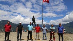 Artvin'de ipi kopan dev Türk bayrağını dağcılar göndere çekti