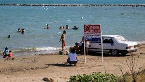 Boğulanlara ve uyarılara rağmen yüzmeye devam ediyorlar