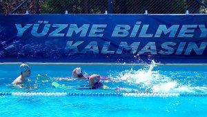 Çocuklar portatif havuzlarda yüzme öğreniyor