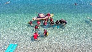 Kemer'de denizden poşetler dolusu çöp toplandı