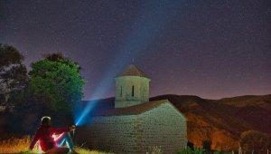 Meteor yağmurunu 670 yıllık tarihi yapıda izlediler