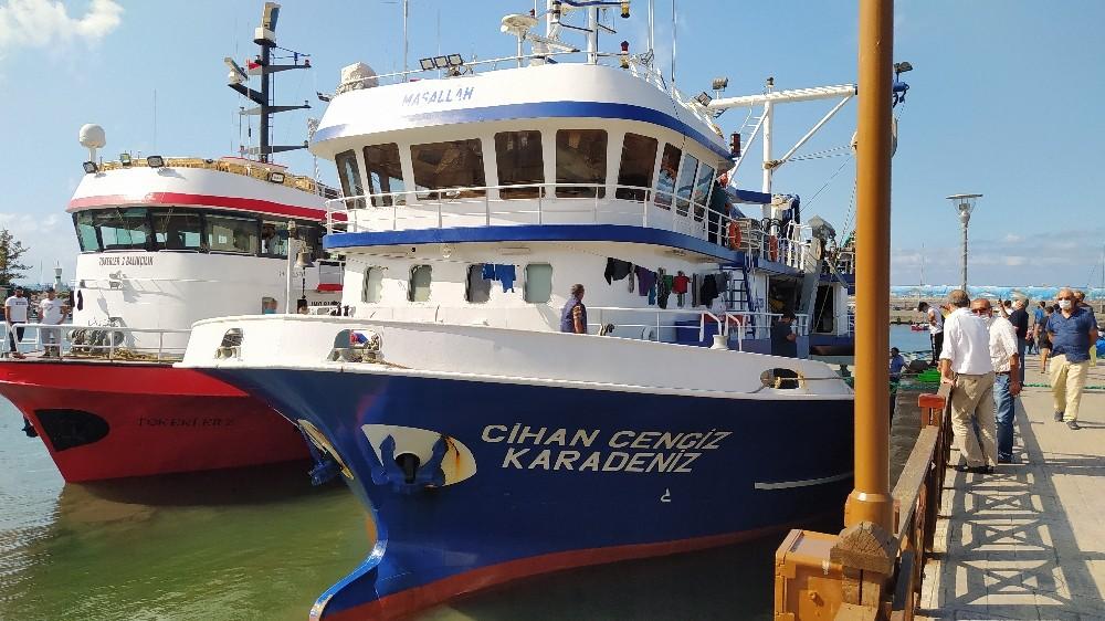 Balıkçı barınağına gelen balıkçı tekneleri ağlarını onardılar