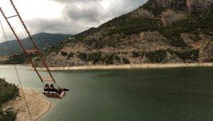 Borçka Baraj Gölü kıyısındaki dev salıncak adrenalin tutkunlarının ilgi odağı oldu