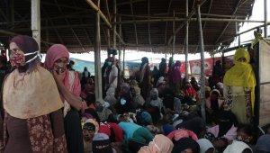 Endonezya açıklarında aylarca sürüklenen yaklaşık 300 Rohingya Müslümanı karaya ulaştı