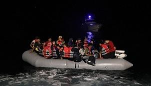Lastik botta sürüklenen göçmenleri sahil güvenlik kurtardı