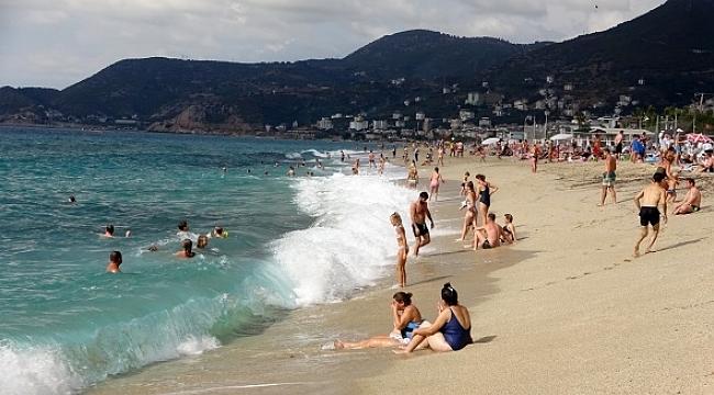 Alanya'da turistlerin kapalı havada dev dalgalı deniz keyfi