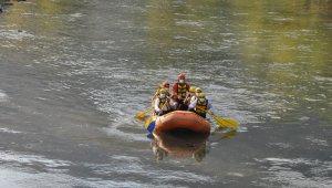 Bakan Soylu Habur Çayı'nda rafting botunda kürek çekti