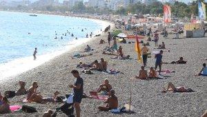 Dün ve bu sabah yağmur ve fırtınaya teslim olan Antalya'da bugün deniz keyfi