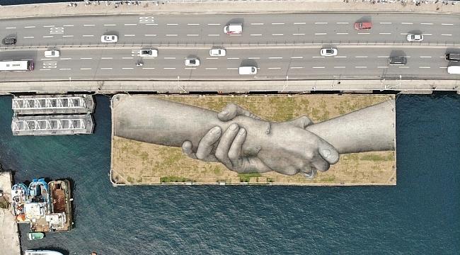 """Fransız sanatçının """"yardımlaşma zinciri"""" Haliç'te"""