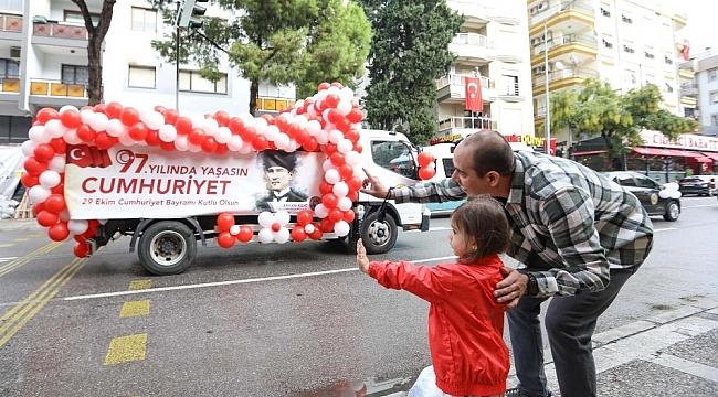 İzmir'de Cumhuriyet coşkusu her ilçeyi sardı