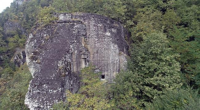 Kaya mezarları ve takım şelaleleri için turizm yolu