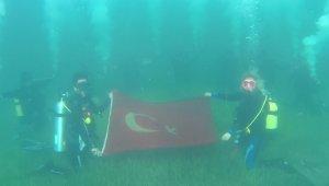 Su altında Cumhuriyet'i kutladılar