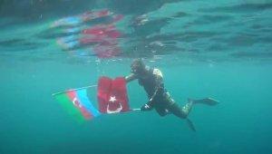 Türk ve Azerbaycan bayraklarıyla dalış yaptı