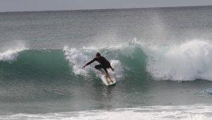Antalya'da dev dalgalarda sörf keyfi
