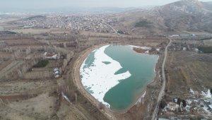 Soğuk hava göletin yüzeyini dondurdu
