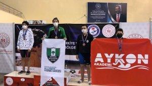 Yüzücüler, başarılarını sağlık camiasına armağan ettiler