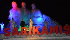 90 bin Sarıkamış şehidi anısına yapılan kardan heykeller ışıklandırıldı