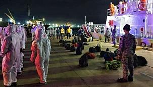 Alevlere teslim olan balıkçı gemisinden 34 denizci kurtarıldı!