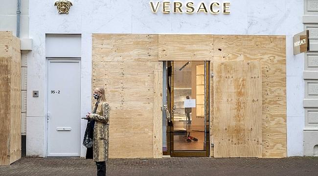 Amsterdam'da ünlü mağazalardan yağmalara karşı beton ve tahta plakalı önlem